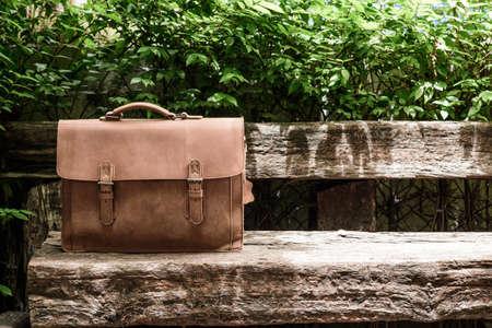 이전 보단 의자에 갈색 가죽 노트북 가방 기업 스톡 콘텐츠