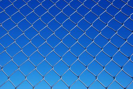 gradual: Eslab�n de la cadena cerco con luz de fondo de cielo azul oscuro cielo Foto de archivo