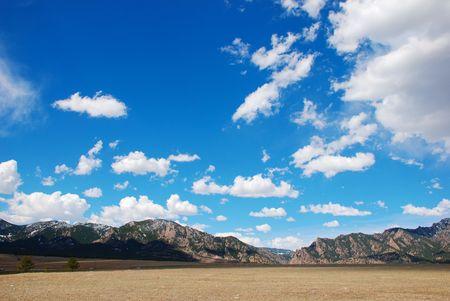 コロラドのロッキー山脈のフロント山脈の山の草原からの眺め。