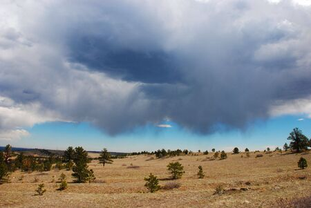 verdunkeln: Storm sammeln und dunkler Wolken �ber einer Landschaft, die immer noch leuchtet durch Sonnenlicht