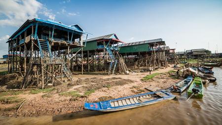 Vissersdorp van Kompong Khleang bij Tonle-Sapmeer, Kambodja. Het meer is het grootste in Zuidoost-Azië. Stockfoto - 83494571
