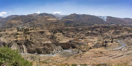 Colca Canyon, Peru, Zuid-Amerika. De Inca's bouwden landbouwterrassen met vijver en klif. Een van de diepste kloven ter wereld.