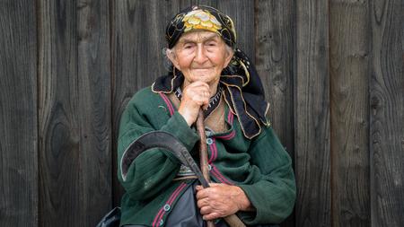 Rize, Turkije - juli 2017: Portret van een niet-geïdentificeerde lokale vrouw uit de regio Blacksea Karadeniz met haar traditionele outfit
