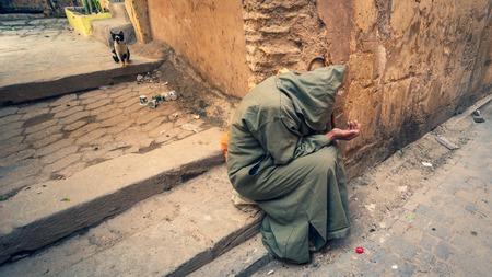 Fès, Maroc - Avril 2018 : pauvre mendiant anonyme dans la rue de Fès, Maroc. Éditoriale