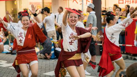 Tokyo, Japan - August 2018: Japanese performers dancing traditional Awaodori dance in the famous Koenji Awa Odori festival. 新聞圖片