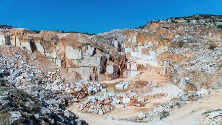 Marble quarry pit full of rocks and blocks in Marmara island, Balikesir, Turkey Stockfoto