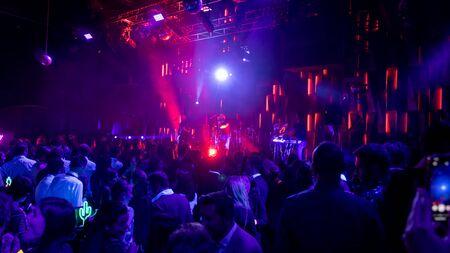 Istanbul, Turchia - gennaio 2020: Athena la rock band turca in concerto in un night club con un pubblico affollato, Istanbul, Turchia