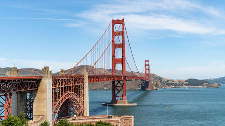 San Francisco, USA - August 2019: Golden Gate Bridge on a sunny summer day. The Golden Gate Bridge is a suspension bridge spanning the Golden Gate. Publikacyjne