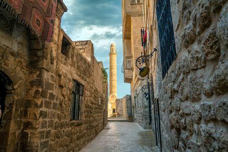 Minaret of Ulu Cami, also known as Great mosque of Mardin from a narrow street Zdjęcie Seryjne