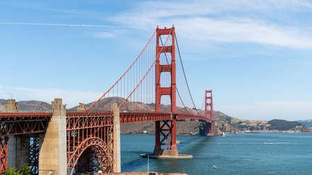 San Francisco, USA - August 2019: Golden Gate Bridge on a sunny summer day. The Golden Gate Bridge is a suspension bridge spanning the Golden Gate. Zdjęcie Seryjne