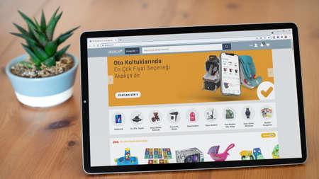 Istanbul, Turkey - July 2021: Illustrative Editorial of Turkish Akakce website homepage. Akakce logo visible on a tablet screen. Publikacyjne