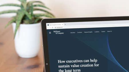 Istanbul, Turkey - July 2021: Illustrative Editorial screenshot of McKinsey and Company website homepage. McKinsey and Company logo visible on a digital screen close-up Publikacyjne