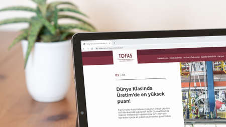 Istanbul, Turkey - July 2021: Illustrative Editorial screenshot of Turkish Tofas Turk Otomotiv homepage. Tofas Turk Otomotiv logo visible on a digital screen close-up Publikacyjne
