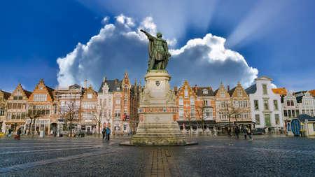 Ghent, Belgium - February 2018: Statue of Jacob van Artevelde in the Vrijdagmarkt square of Ghent, Belgium Publikacyjne