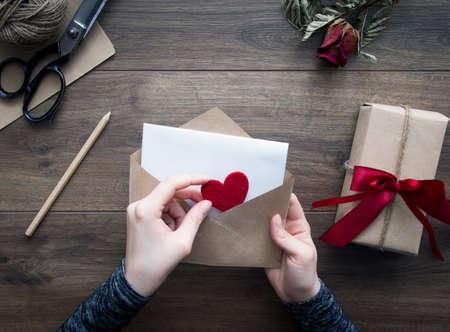 carta de amor: Carta de amor sobre fondo de madera