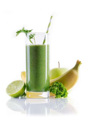 licuado de platano: Smoothie verde en blanco Foto de archivo