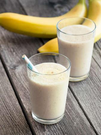 Banana Smoothie in einem Glas mit Bananen im Hintergrund Standard-Bild - 38914798