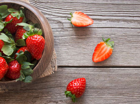 Overhead-Schuss von Erdbeeren auf Holzuntergrund Standard-Bild - 38914859