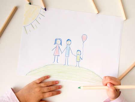 Zeichnung der glücklichen Familie auf weißer Tabelle Standard-Bild - 85654564