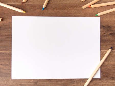 Leeres Papier auf hölzernem Hintergrund Standard-Bild - 85654565