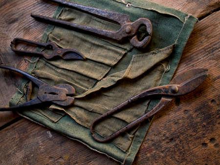 Alte rostige Werkzeuge auf einem hölzernen Hintergrund Standard-Bild - 88080236