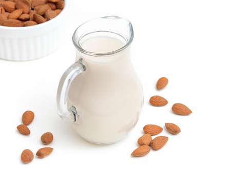 Mandelmilch in einer Flasche auf weißem Hintergrund Standard-Bild - 95769141
