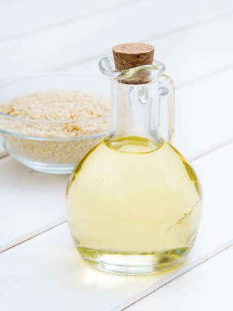 Sesamöl auf weißem Tisch Standard-Bild - 95761177