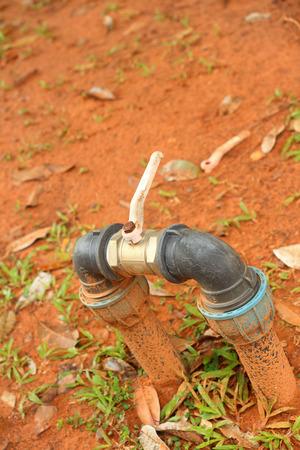 tuberias de agua: A las tuber�as de agua en la hierba verde