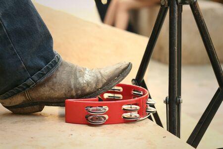 pandero: M�sico est� utilizando un pie toc� la pandereta