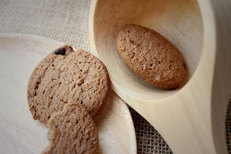 platen: Chocolate chip cookies on background of brown.