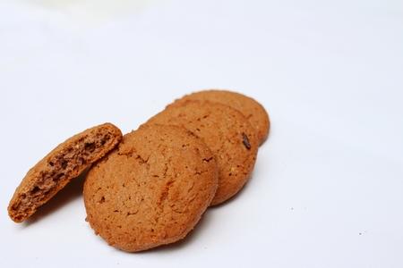 cikolatali: Chocolate chip cookies on background of white.
