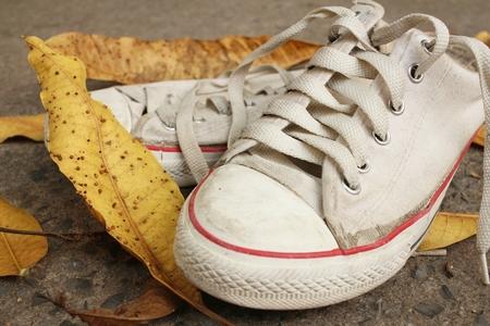 pies bonitos: Zapatos blancos en el fondo de cemento.