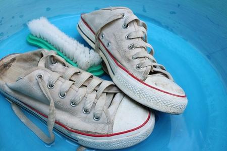 lavamanos: Zapatillas de deporte lavabo esmaltado con agua jabonosa. Foto de archivo