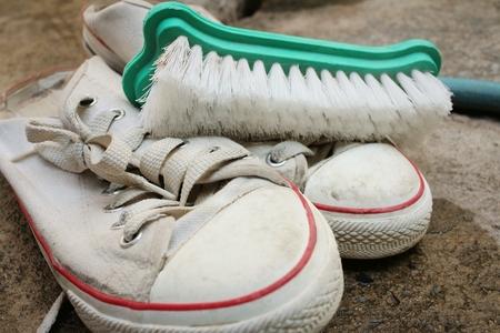 lavamanos: El calzado deportivo es lavado en un piso de cemento.