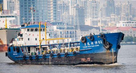 barco petrolero: cisterna de Shanghai el r�o Huangpu