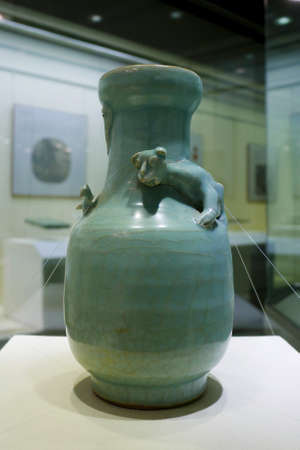song dynasty: South Song dynasty green glazed bottle