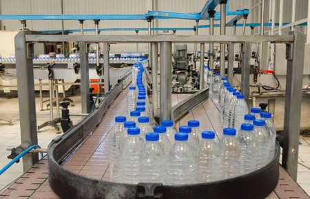 botella: F�brica de embotellamiento de agua Foto de archivo