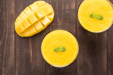 smoothies: Top mango batido tiro en mesa de madera