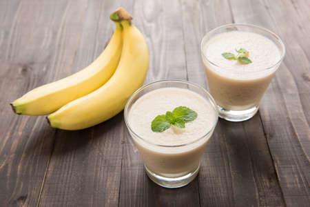 licuado de platano: Batido de plátano en mesa de madera
