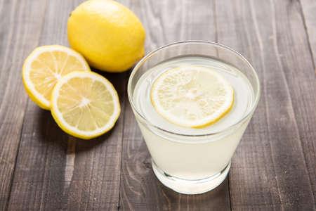 グラスにレモン汁を絞りたて 写真素材