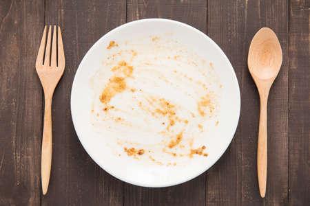 나무 배경에 음식 후 빈 접시.
