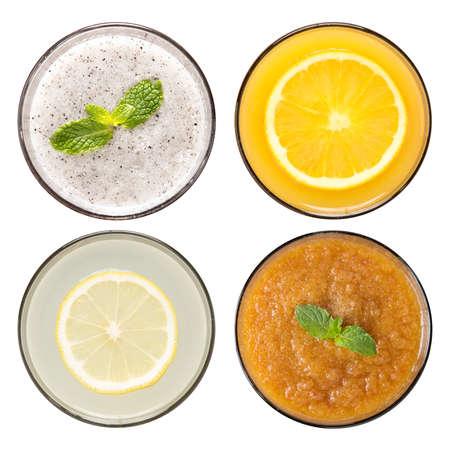 resfriado: Conjunto de batido de frutas y jugos de frutas en vasos aislados en blanco