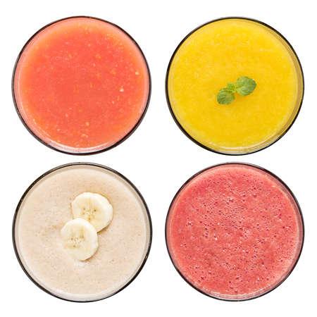 Sada ovocné smoothie v brýlích na bílém
