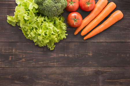 新鮮な野菜の多くのテキストのコピー スペースとウッドの背景に設定または編集します。