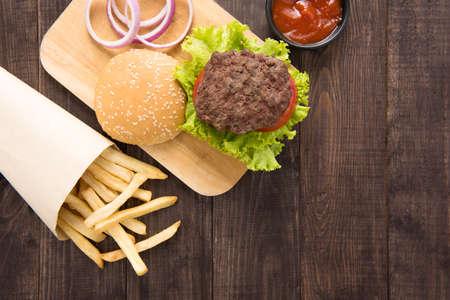 경치: 나무 배경에 감자 튀김과 햄버거. 스톡 콘텐츠