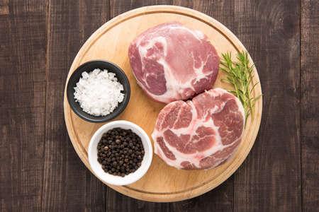 sal: Vista superior de carne cruda fresca y el ajo, la pimienta en el fondo de madera.