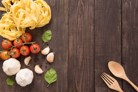 Pasta ingredients. tomato, garlic, pepper and mushroom on wooden background. Imagens