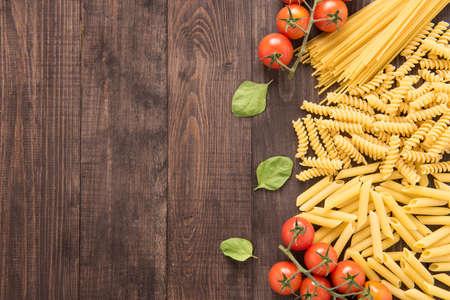 Gemengde gedroogde pasta selectie op houten achtergrond. Stockfoto