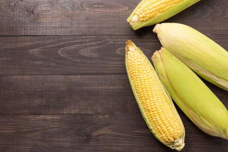 planta de maiz: Amarilla orgánica maíz dulce fresco en la mesa de madera. Vista superior. Foto de archivo