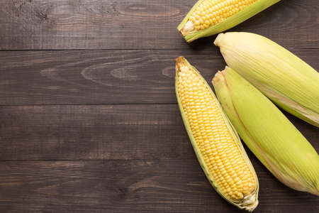 Verse biologische gele zoete maïs op houten tafel. Bovenaanzicht. Stockfoto